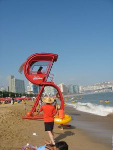 lifeguard-stand-busan-south-korea+1152_12839174954-tpfil02aw-12975[1]